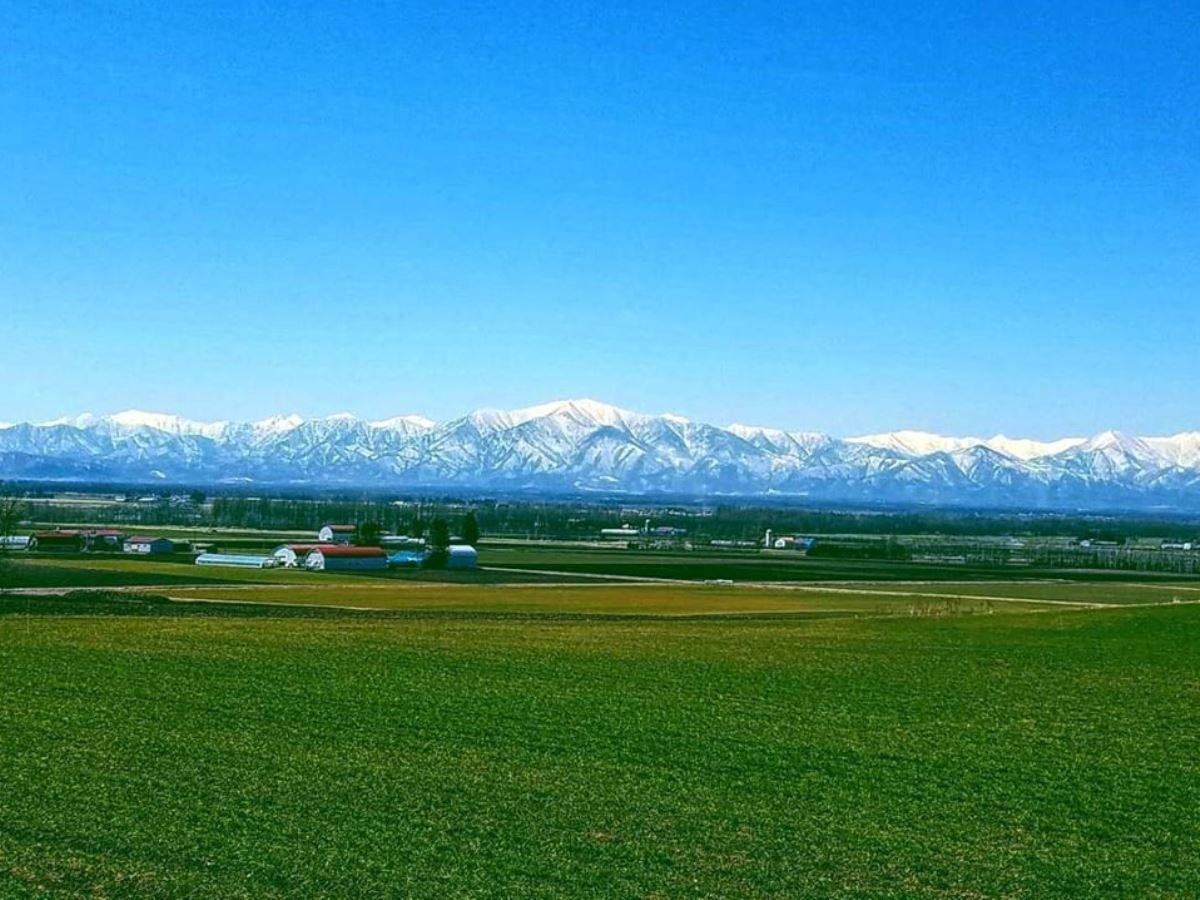 雪の残る十勝山脈