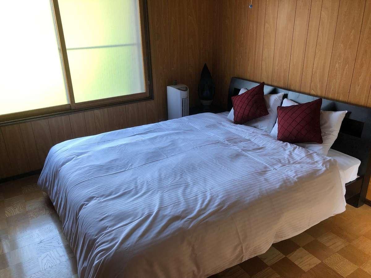 二階の洋室にはクイーンサイズのダブルベッド