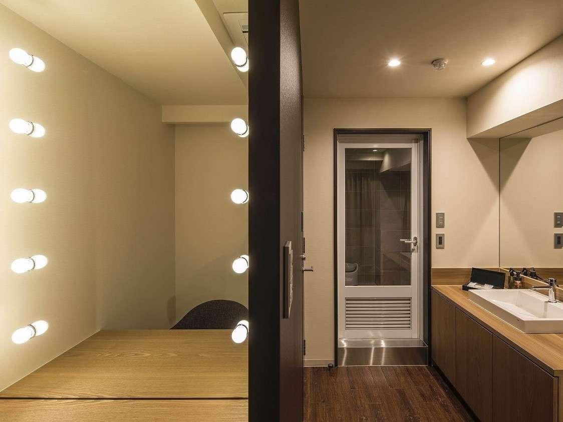 813号室/ゆったりとしたパウダールームに大きな女優ミラーまで完備。