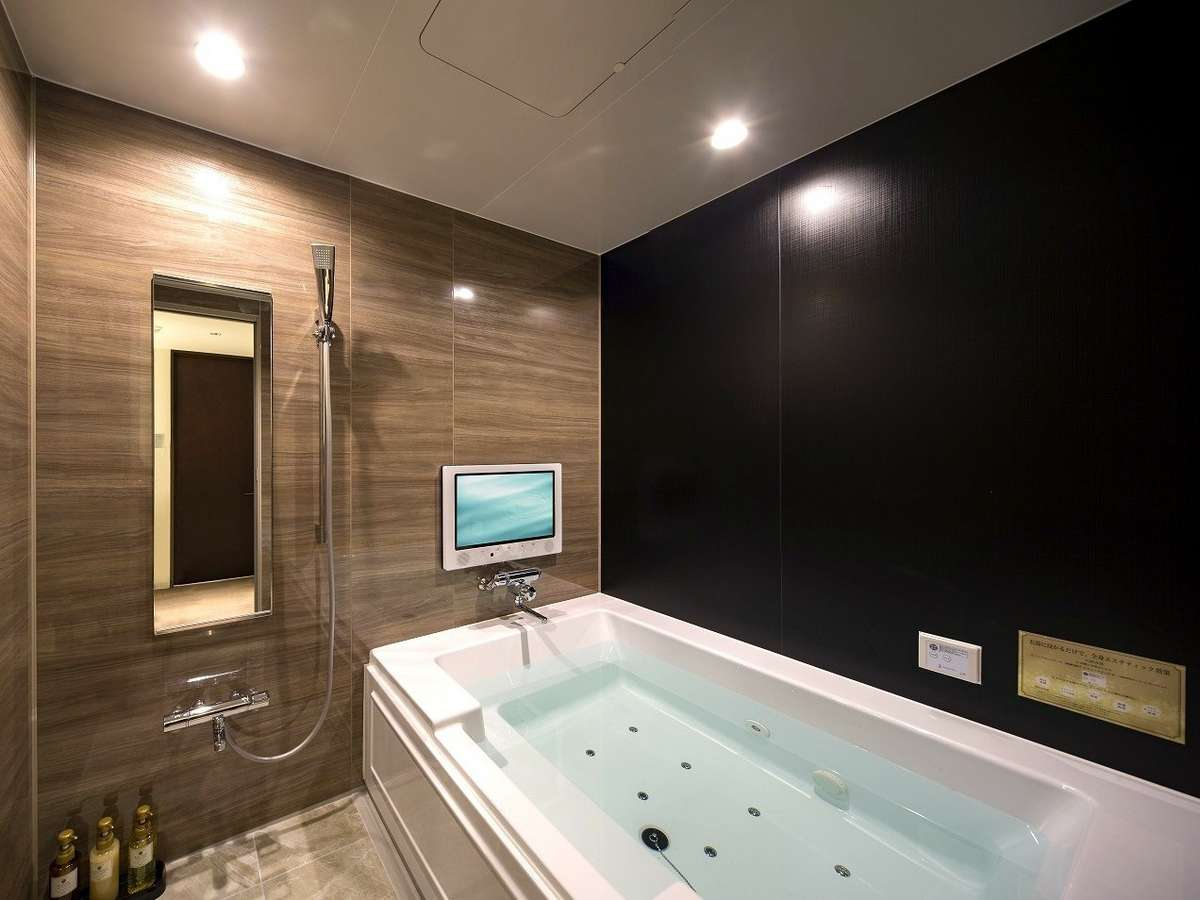 【プレミアムルーム/アーティストルーム浴室一例】大きい浴槽でマイクロバブルバスを堪能。入浴剤もご用意