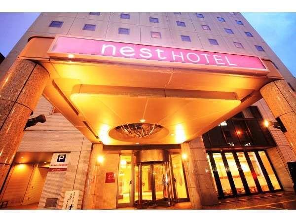 ホテル入口では地球儀を模したオブジェがお客様をお出迎え。