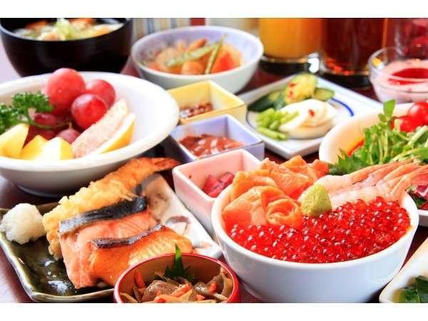和洋30種類の朝食バイキング。いくら・甘海老・サーモン等の海の幸が盛り放題の海鮮丼が一番人気です。
