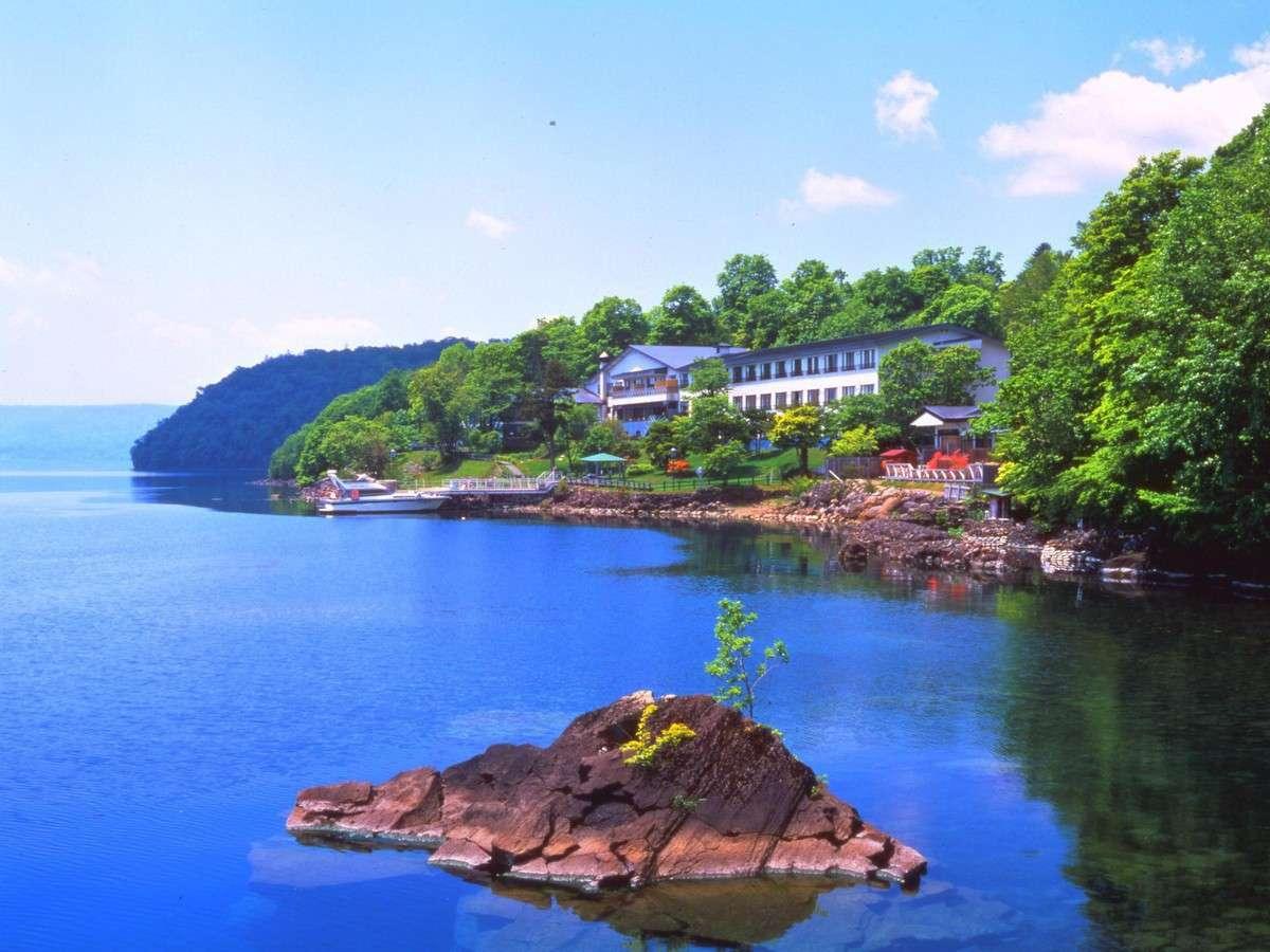 ■施設外観:かつては舟でしか渡れなかった、湖畔に佇む老舗旅館。