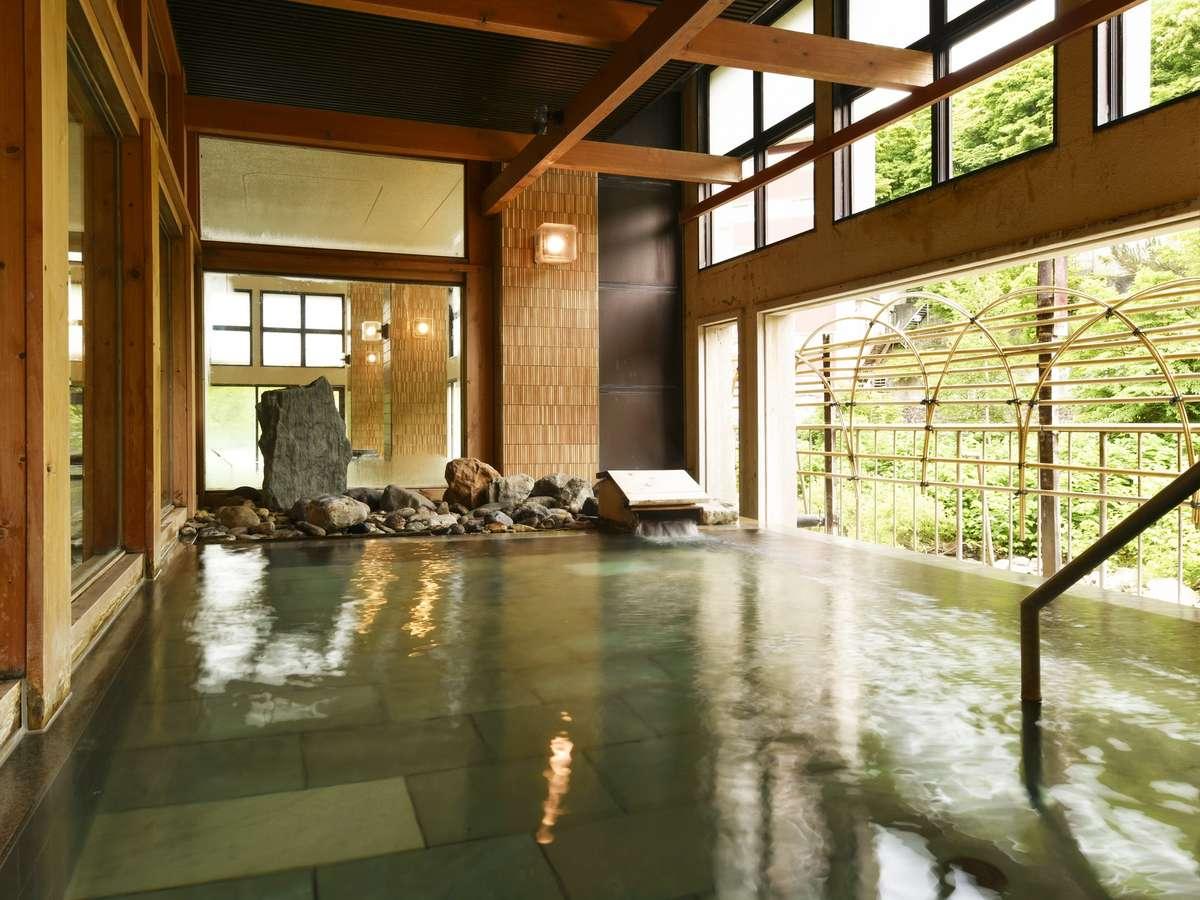 【B2 大浴殿 瑞雲/露天風呂】間近に流れる渓流は、夜にライトアップされる