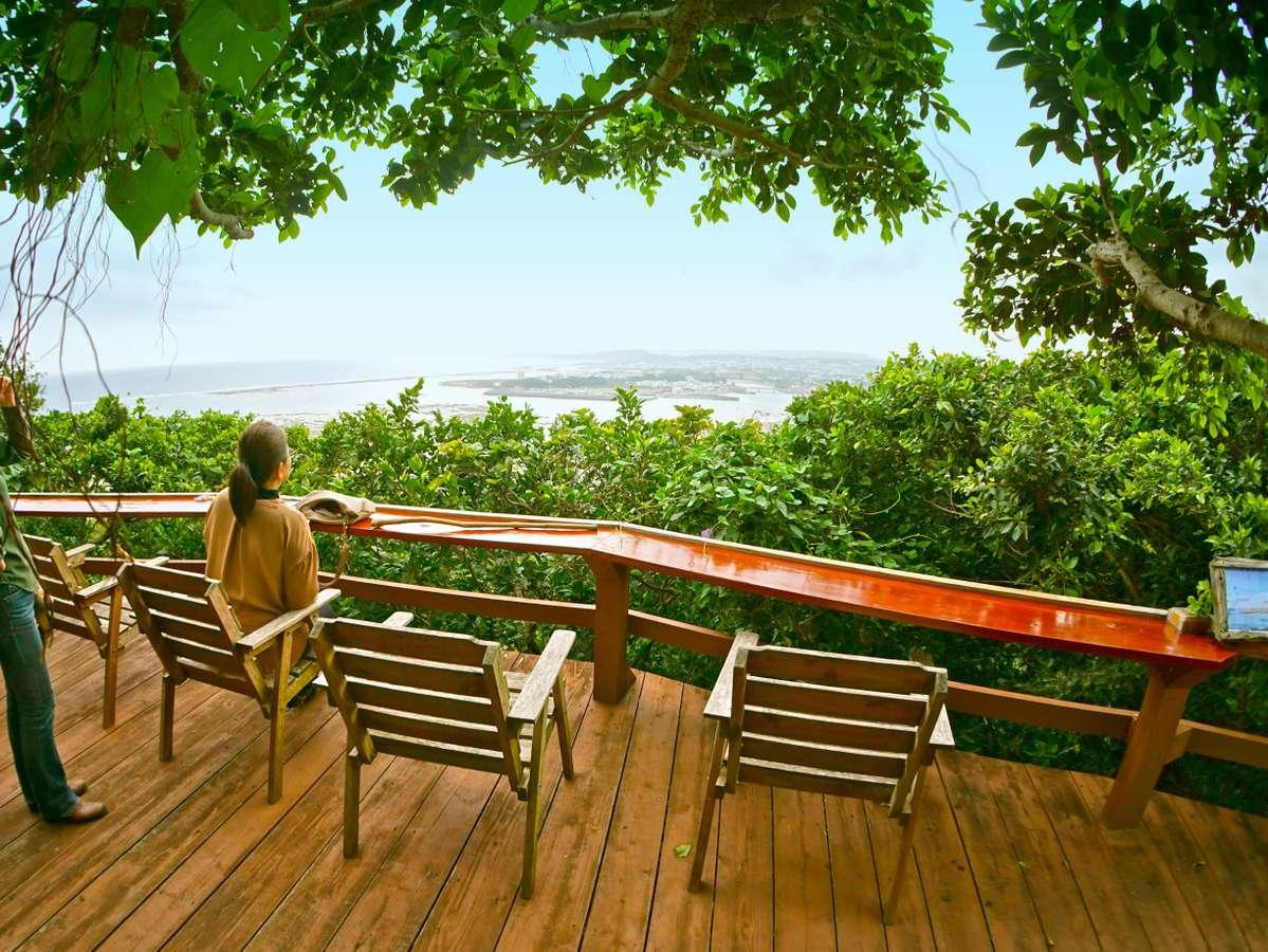 庭の頂上に上ると、そこは南部の海を一望できる特別な場所。ここでしか見れない風景をご堪能ください