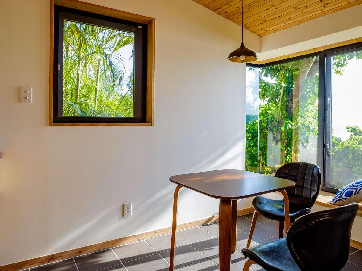 キッチンから外を眺めると青々と広がる沖縄の自然。ありのままの沖縄を感じてください