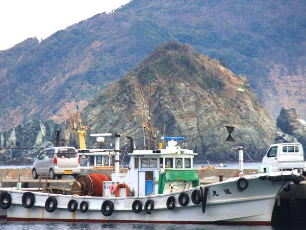 漁船が港を行きかう風景は、島の日常そのもの