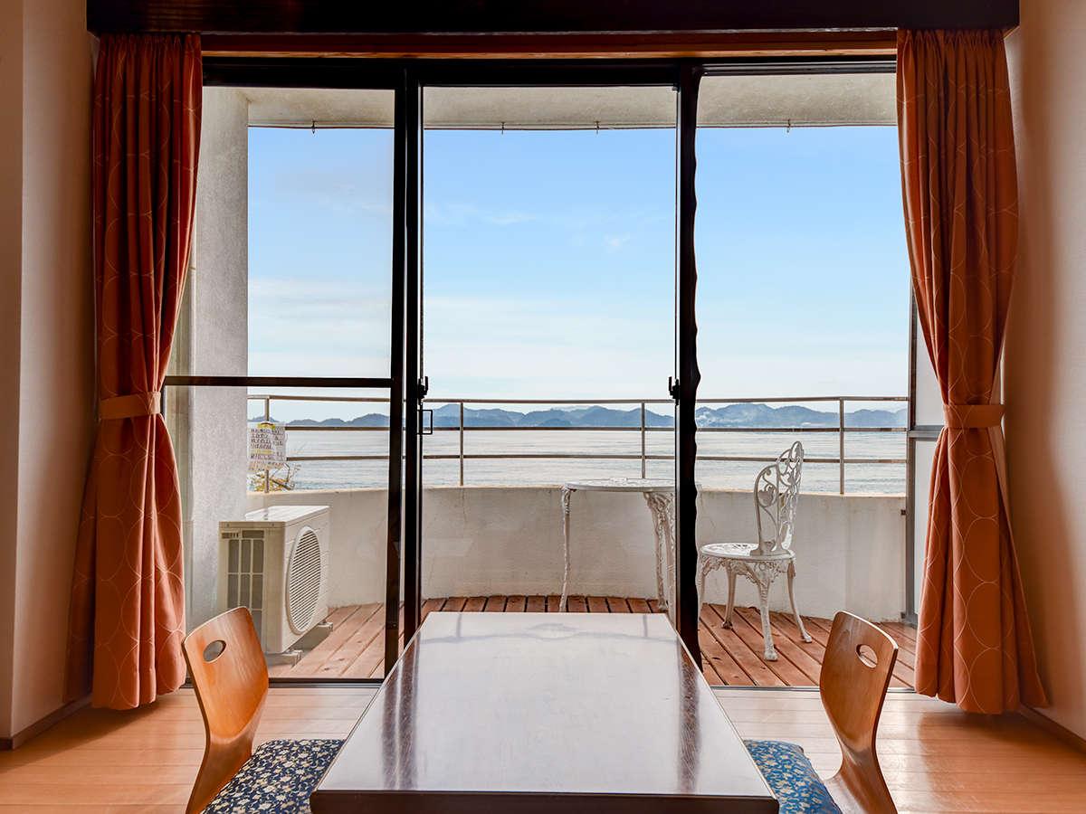 *【部屋】和室:お部屋でくつろぎながら海を眺められます。