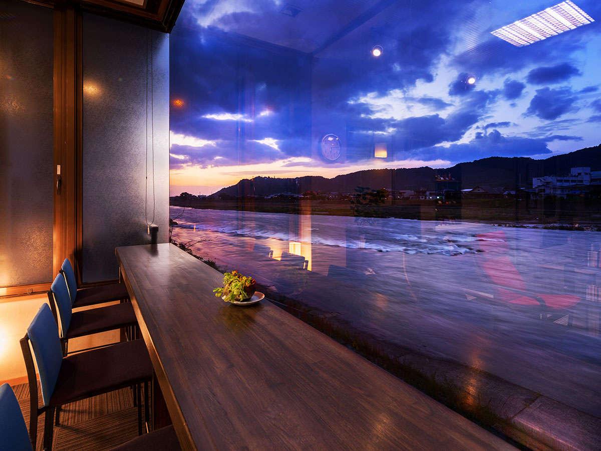 """~大きな窓に映る""""美しい夕日""""日常を忘れ、心和む「安らぎの空間」~"""