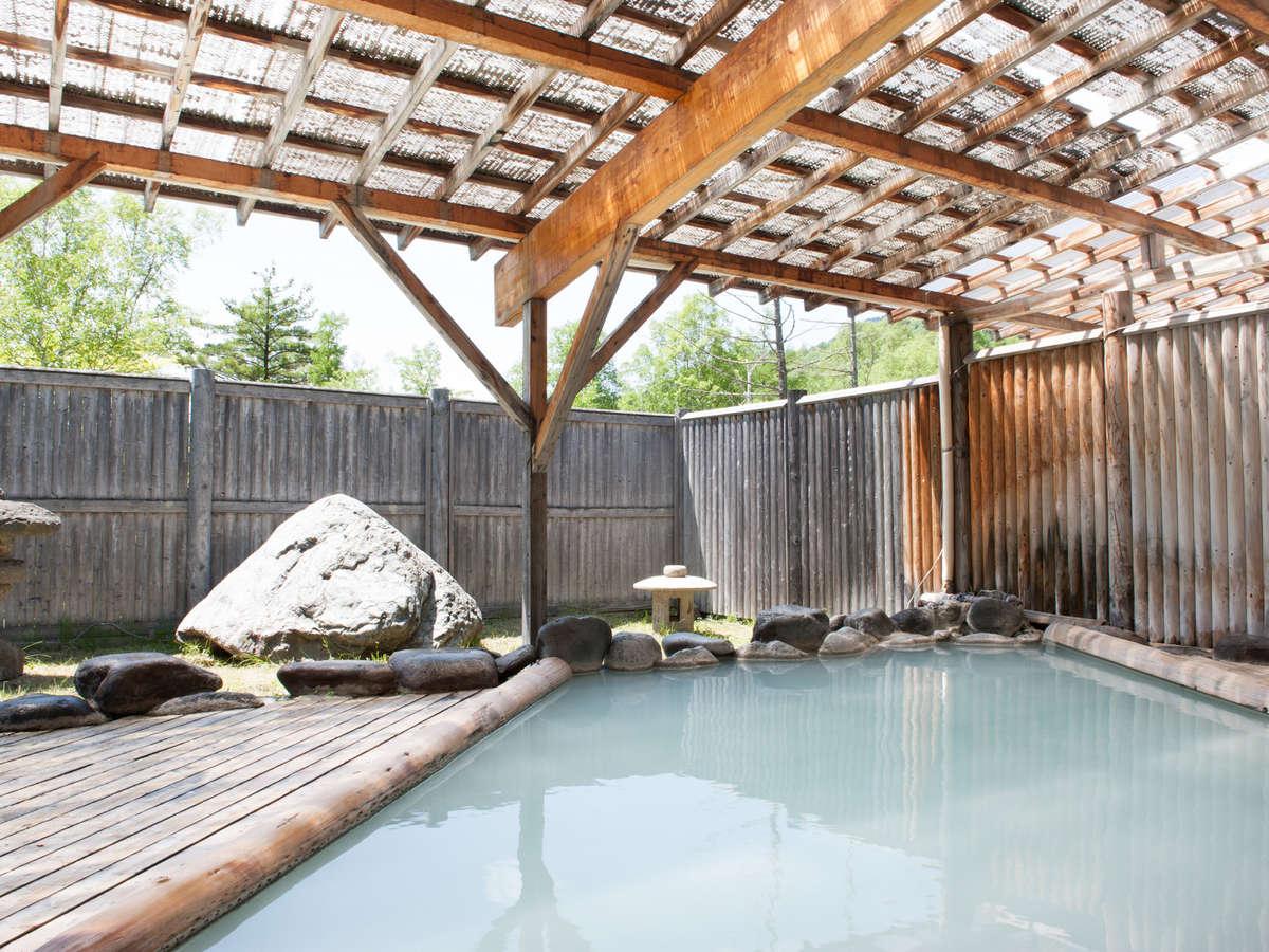 濁り湯が特徴の露天風呂