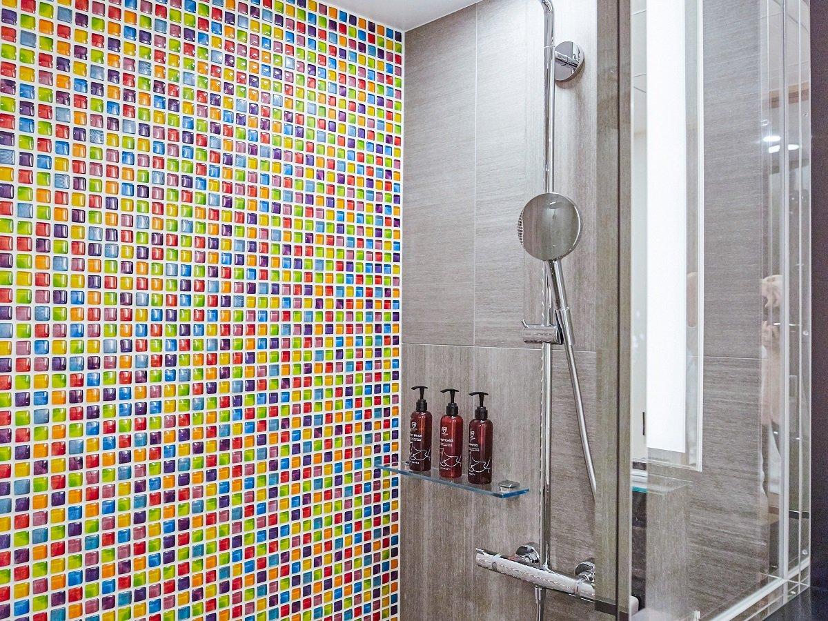 コンフォート / スタンダードルームは、ハンスグローエ社のレインシャワーを備えたシャワーブース。