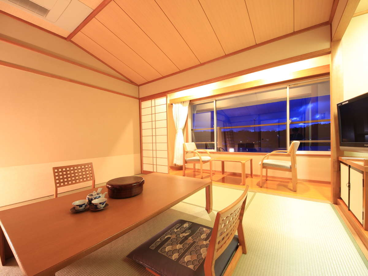 ●和室10畳 窓からは北潟湖が見渡せる人気のレイクビュー和室です。