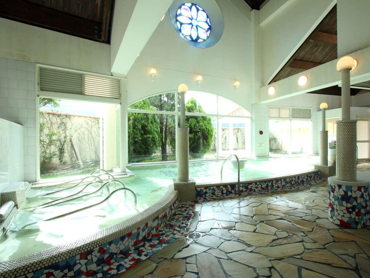 広~い天然温泉。もちろん露天風呂もあります。広い家族風呂もおすすめ。