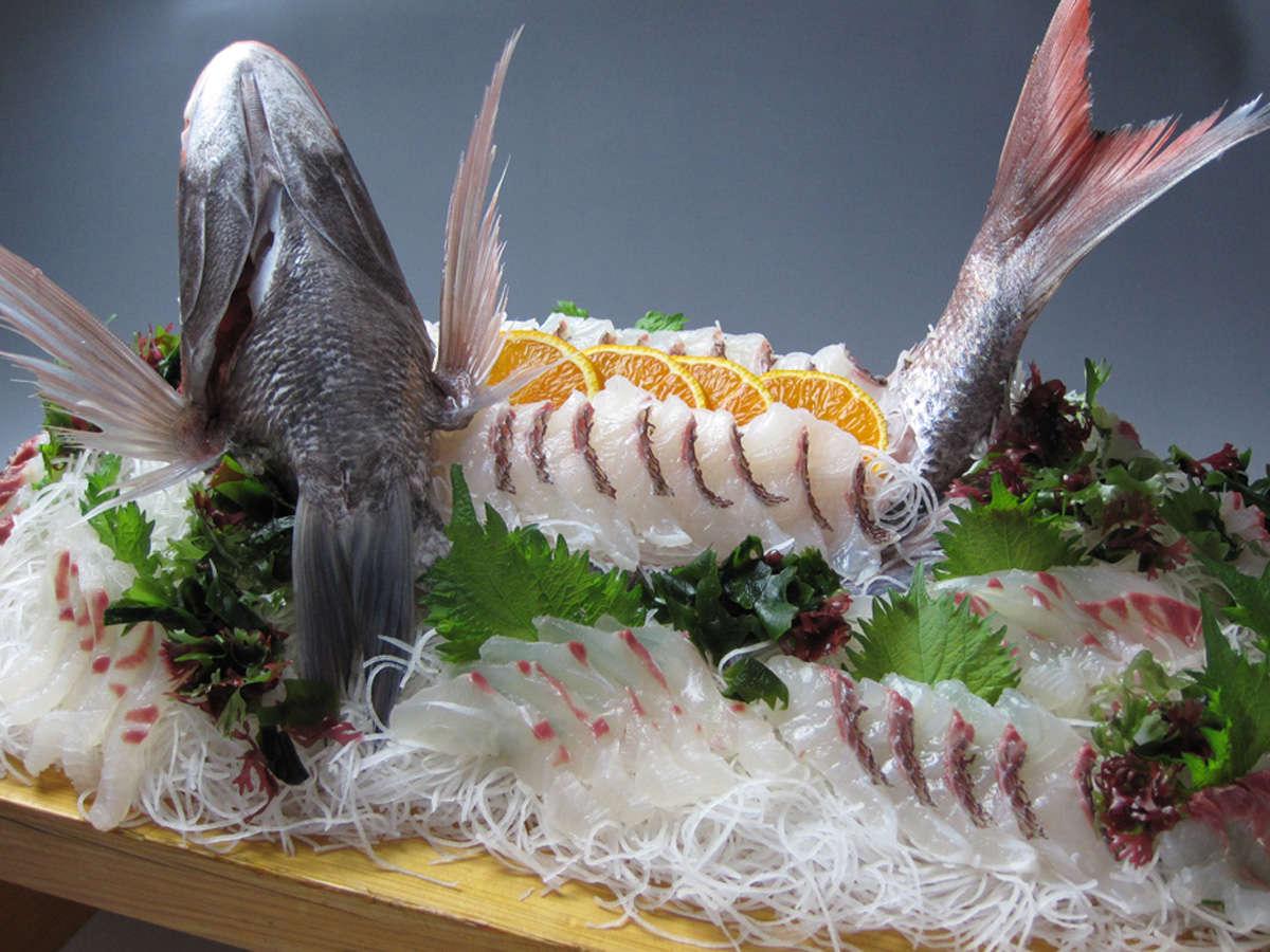 自慢の鯛のお造りを召し上がれ