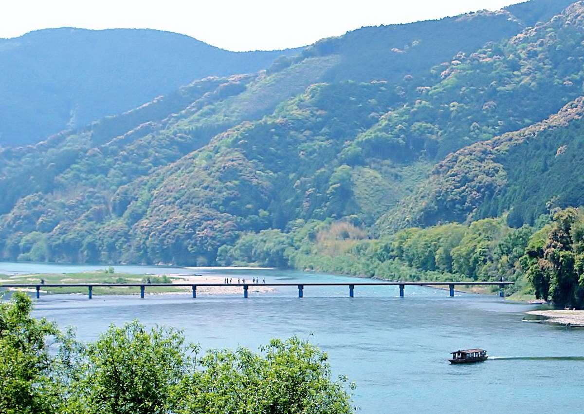 四万十川にかかる沈下橋と遊覧船