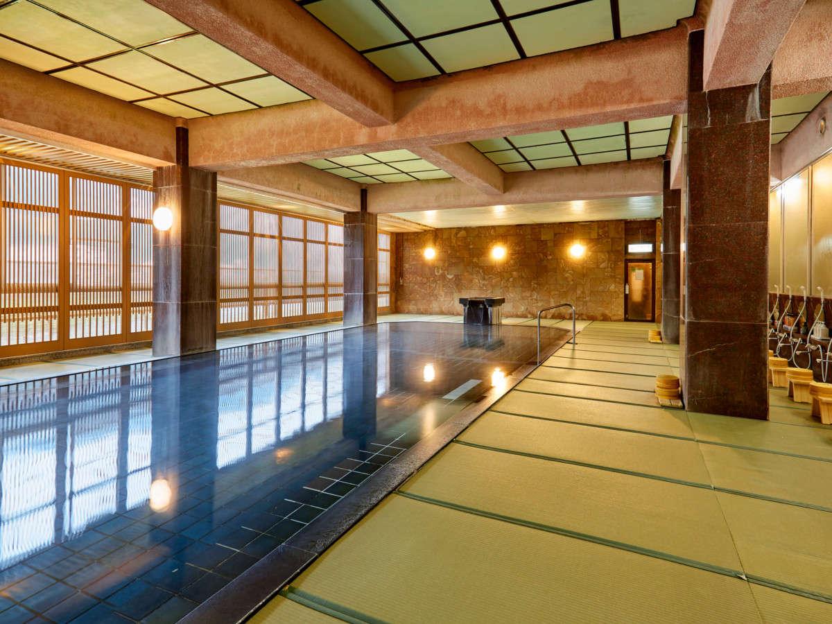 【畳風呂】東海最大級100帖空間の畳風呂で、足元が柔らかく滑りにくく安心!