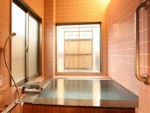 館内2ヶ所ある貸切風呂(源泉かけ流し100%)のひとつ 「長生の湯」