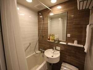 シングルルームのバスルーム♪鏡は結露防止タイプで快適なバスタイムを♪シャワーは大容量パワフル水圧です