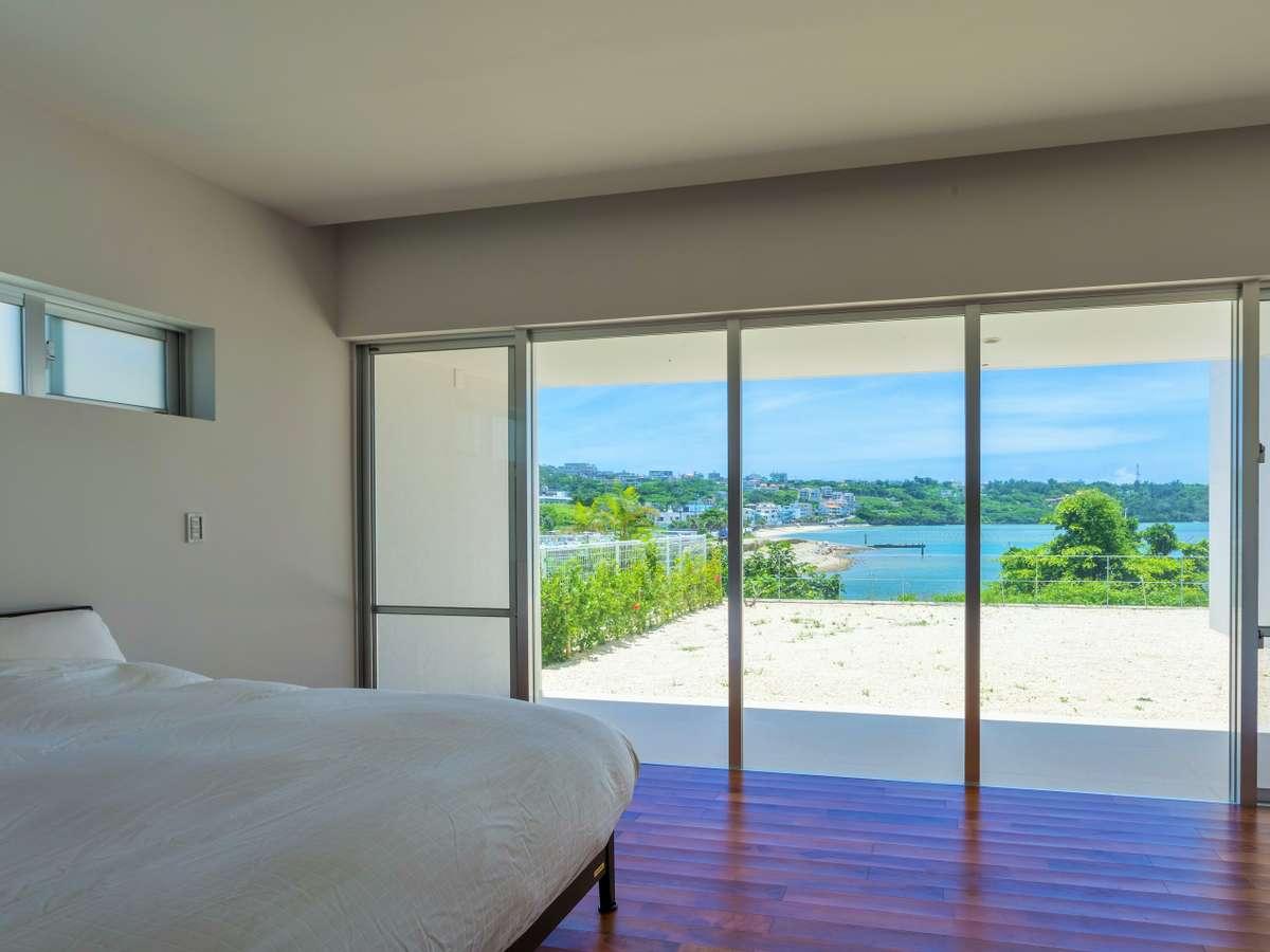 主賓室にはキングダブルベッド設置。大きなガラス窓越しに海が望めます。