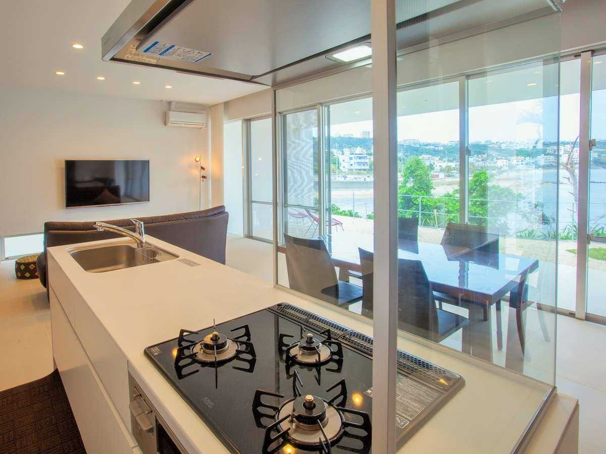 アイランド式キッチンを導入。奥にはリビングダイニングルームとひろびろしたスペースです。