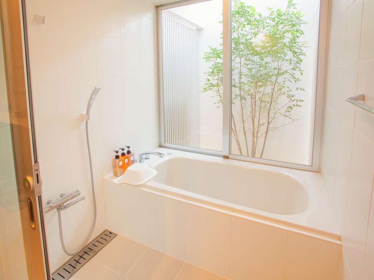 庭付きのバスルーム。ここでしか味わえないゆとりの入浴をお楽しみ下さい。