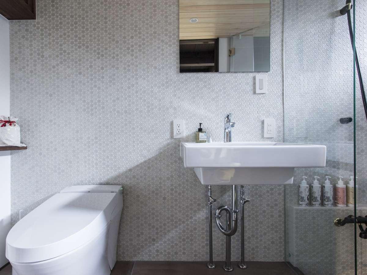 モザイクタイルが特徴のモダンなバスルーム。