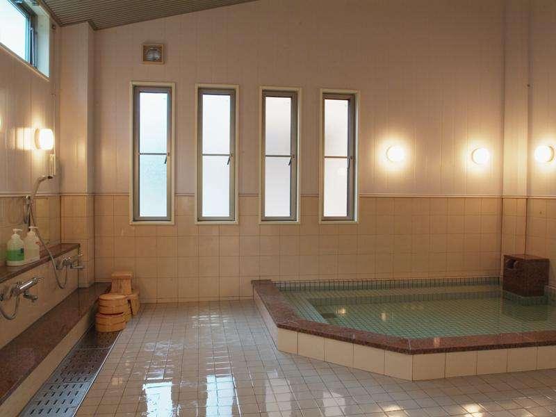 大浴場:浴槽は5㎡あり、ゆったりです