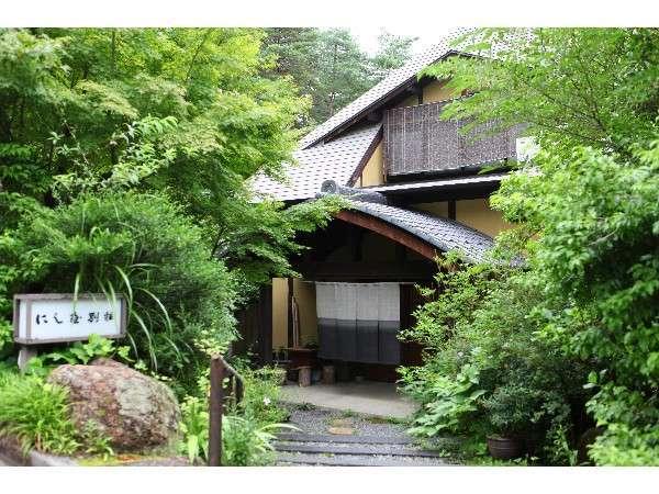 緑に囲まれた「にし屋別荘」自然に溶け込む古民家