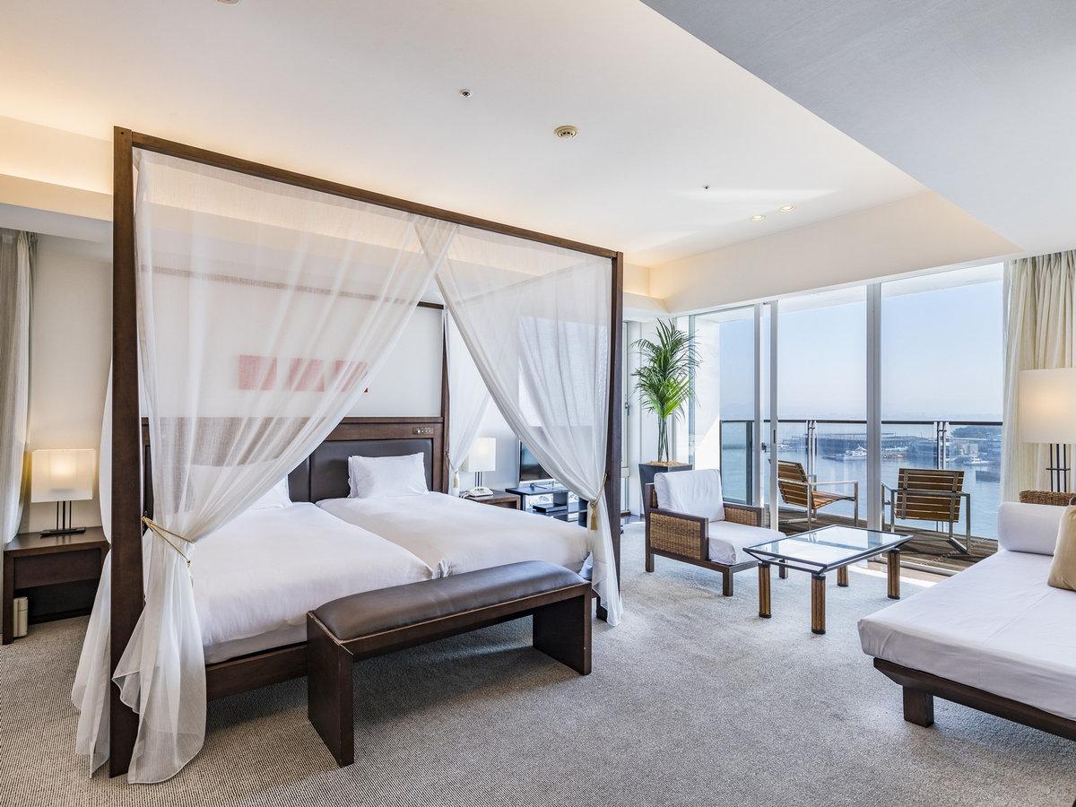 55平米&天蓋付きベッドのデラックスツイン 窓が広く福岡の夜景を見渡せます