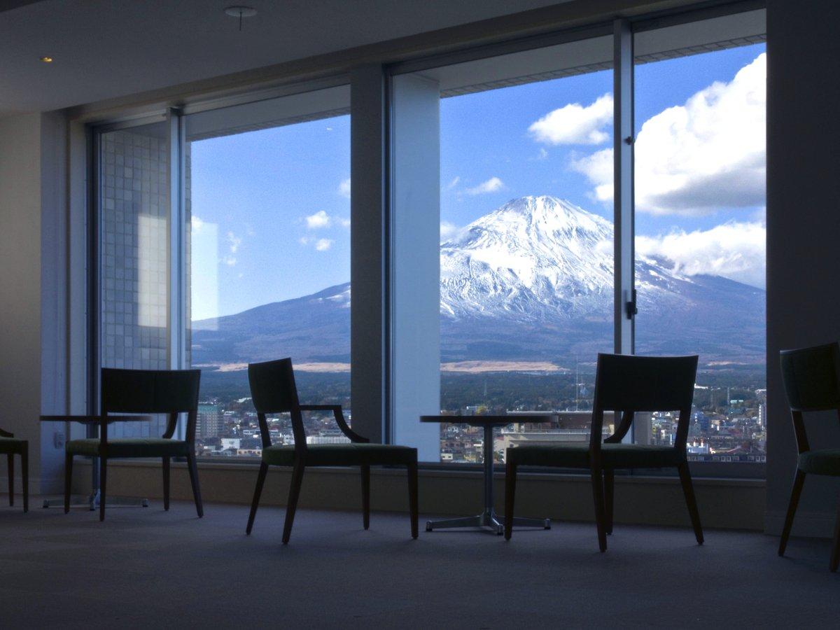 ホテル本館12Fにある宿泊者専用スカイルームからは、雄大な富士山がご覧いただけます。