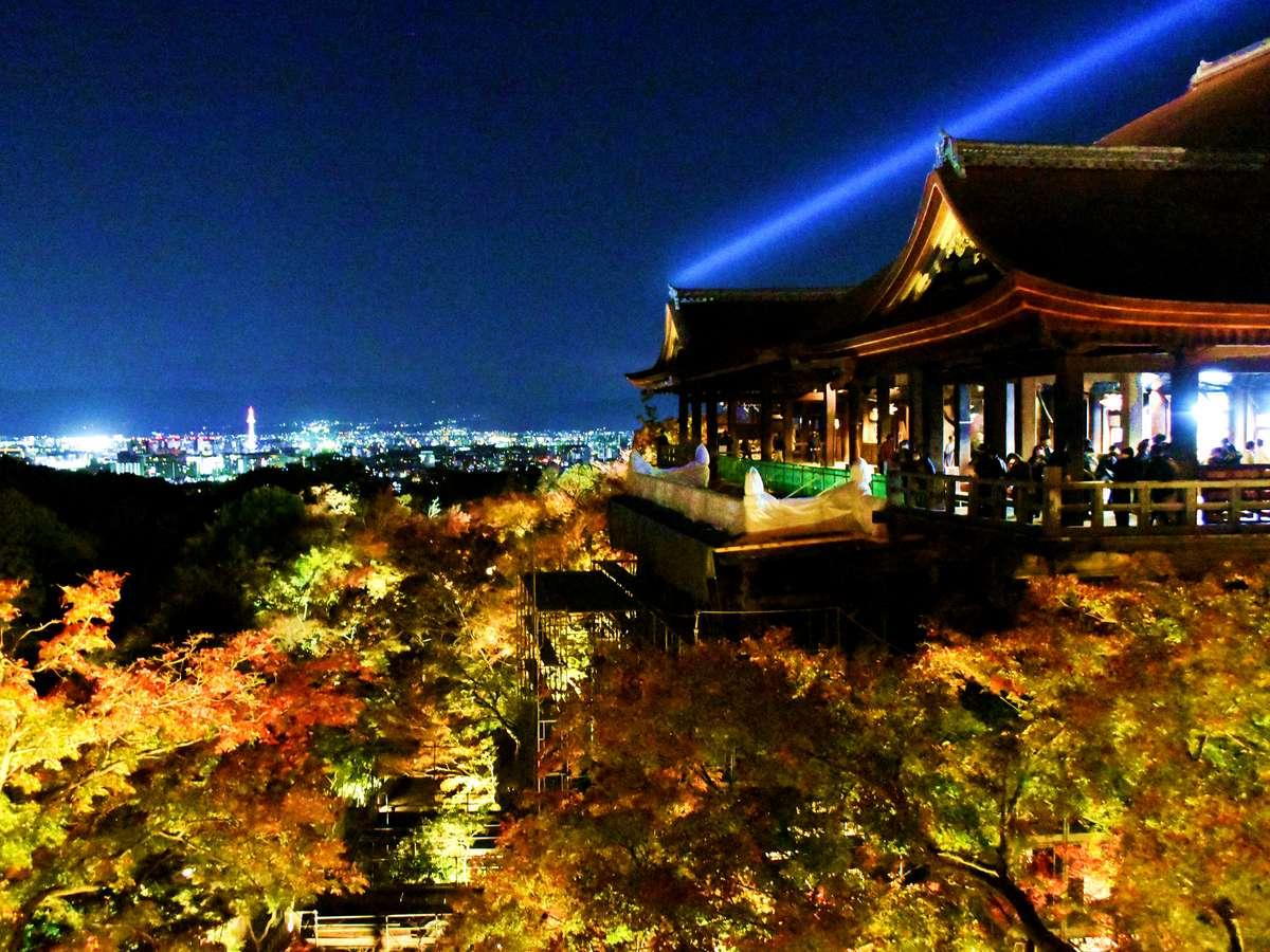 清水寺では、春・秋にライトアップが実施されます。