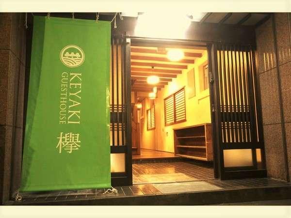 玄関。緑のタペストリーが目印です。