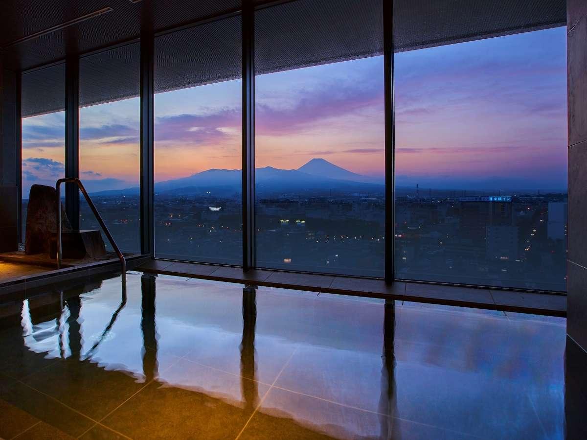 富士山を一望できる自慢の展望風呂