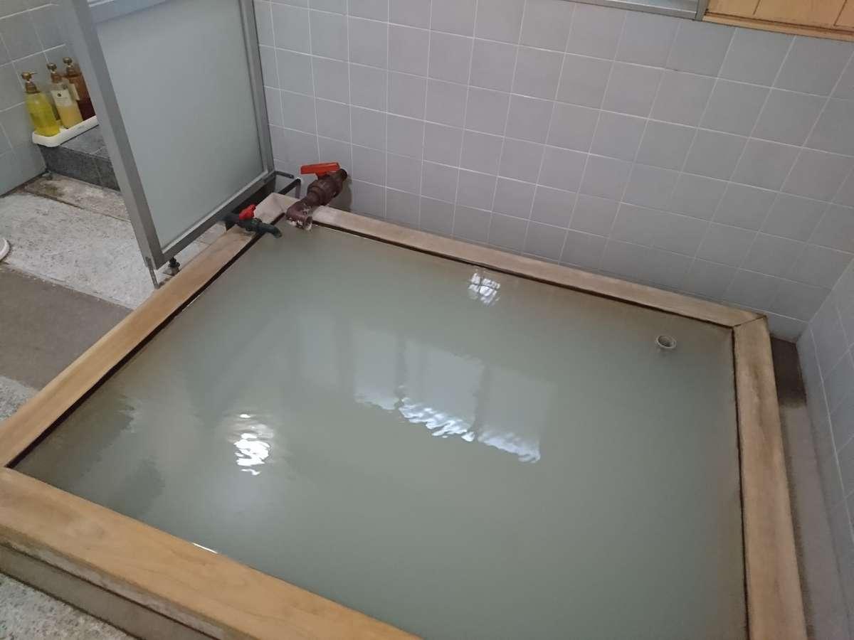 ヒノキの浴槽の硫黄泉