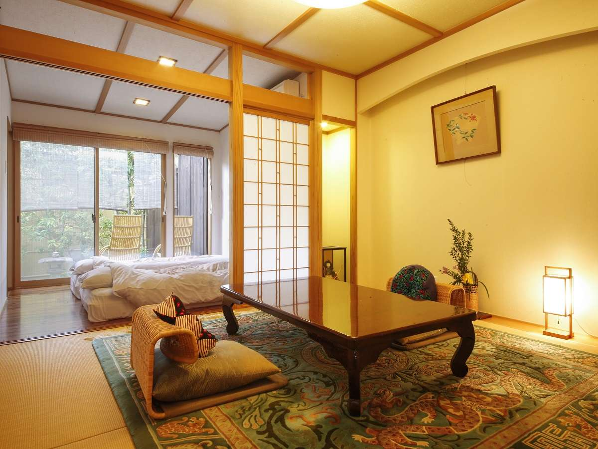 ・竹の間は寝室と寛ぎスペースがセパレート。ウッドデッキで湯上りに夕涼みもして頂けます