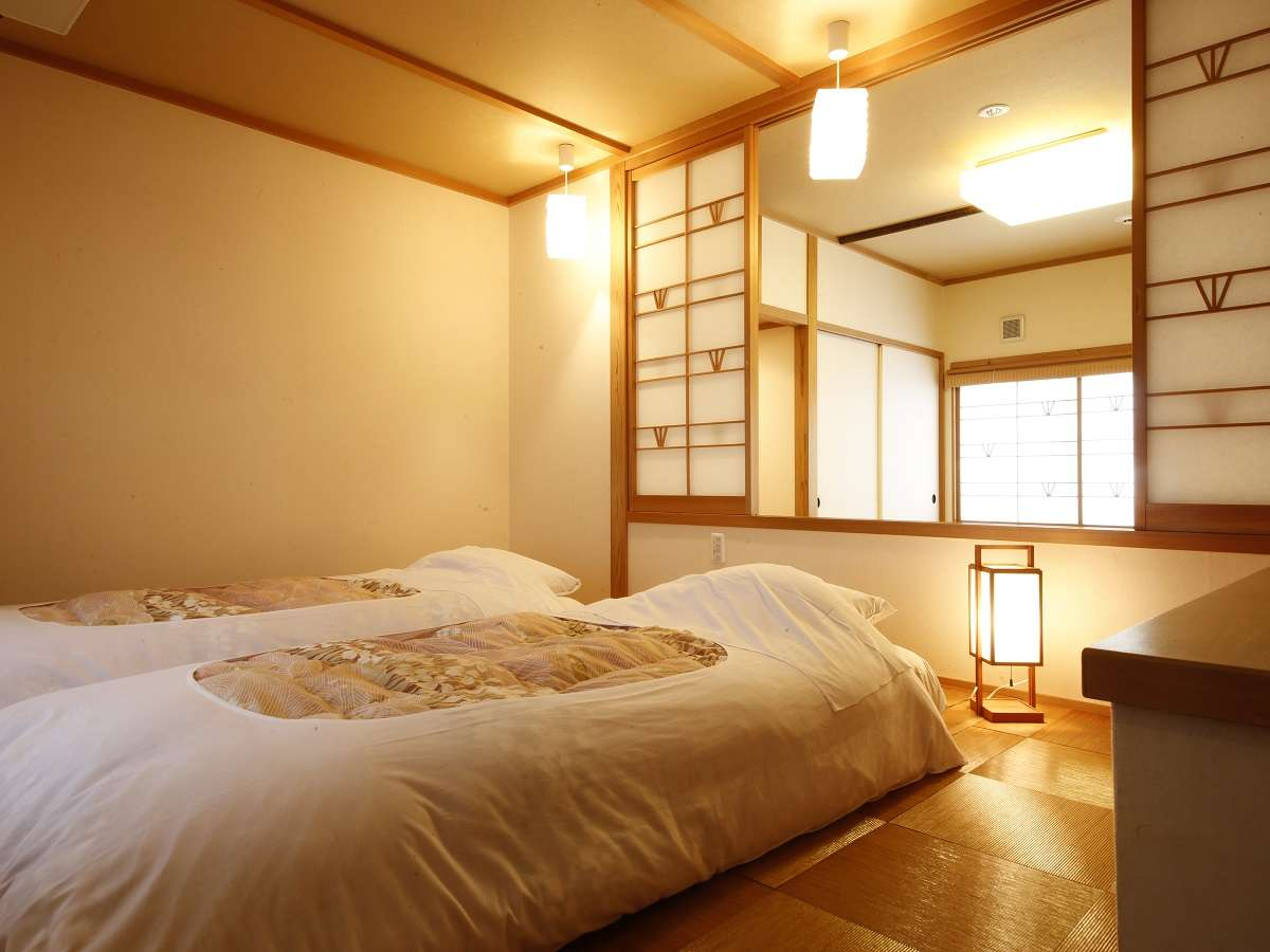 ・鹿鳴山荘(客室風呂付)【松】寝室が寛ぎスペースと別になっていてお布団にいつでも横になって頂けます。