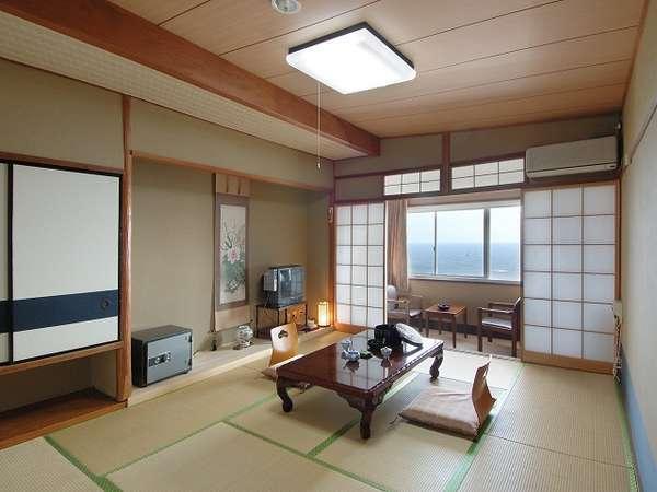 海側 和室(一例)窓の外は太平洋と空、特別な時間をお過ごし下さい…