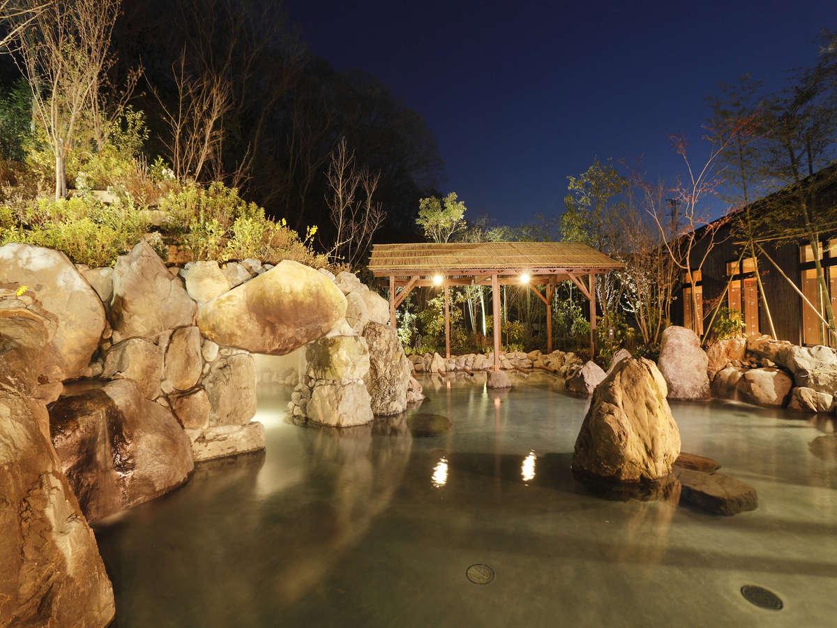 【延羽の湯 野天閑雅山荘】岩風呂野趣あふれる大岩を組み上げた「野天 岩風呂」