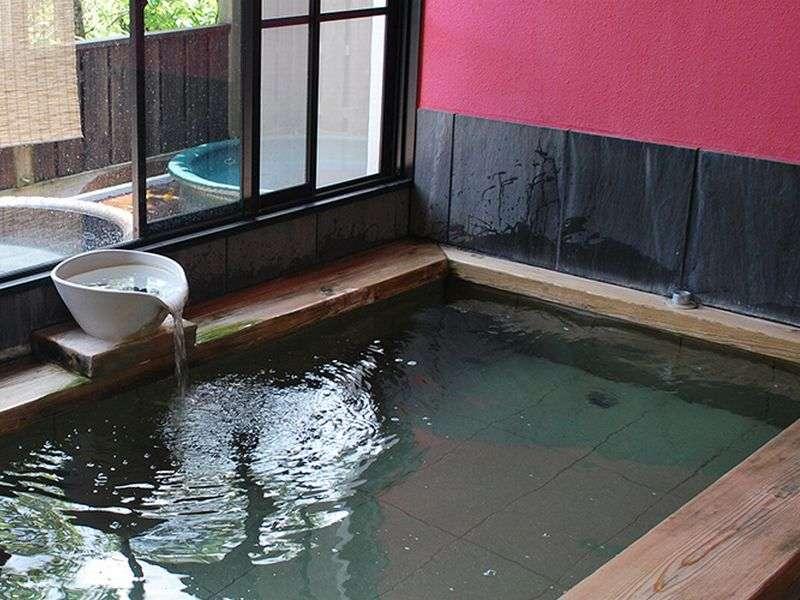 内湯(女性)肌に優しい木の湯船とやわらかいお湯は、日頃の疲れを芯から解きほぐしてくれます。