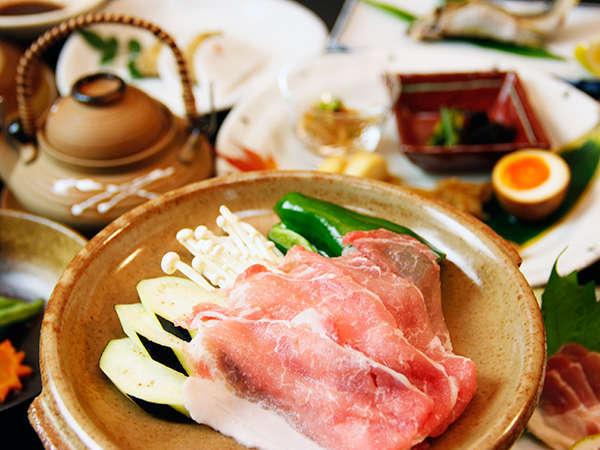 当館周辺の山や畑で採れた食材を中心に!お料理の一例≪黒豚の陶板焼き≫
