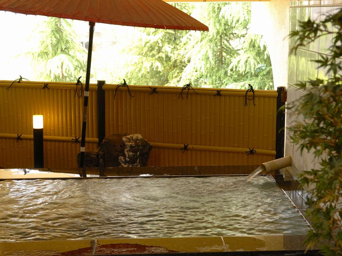 道後温泉引き湯が自慢の大浴場!広くとった開口部から心地よい外気がはいり快適♪