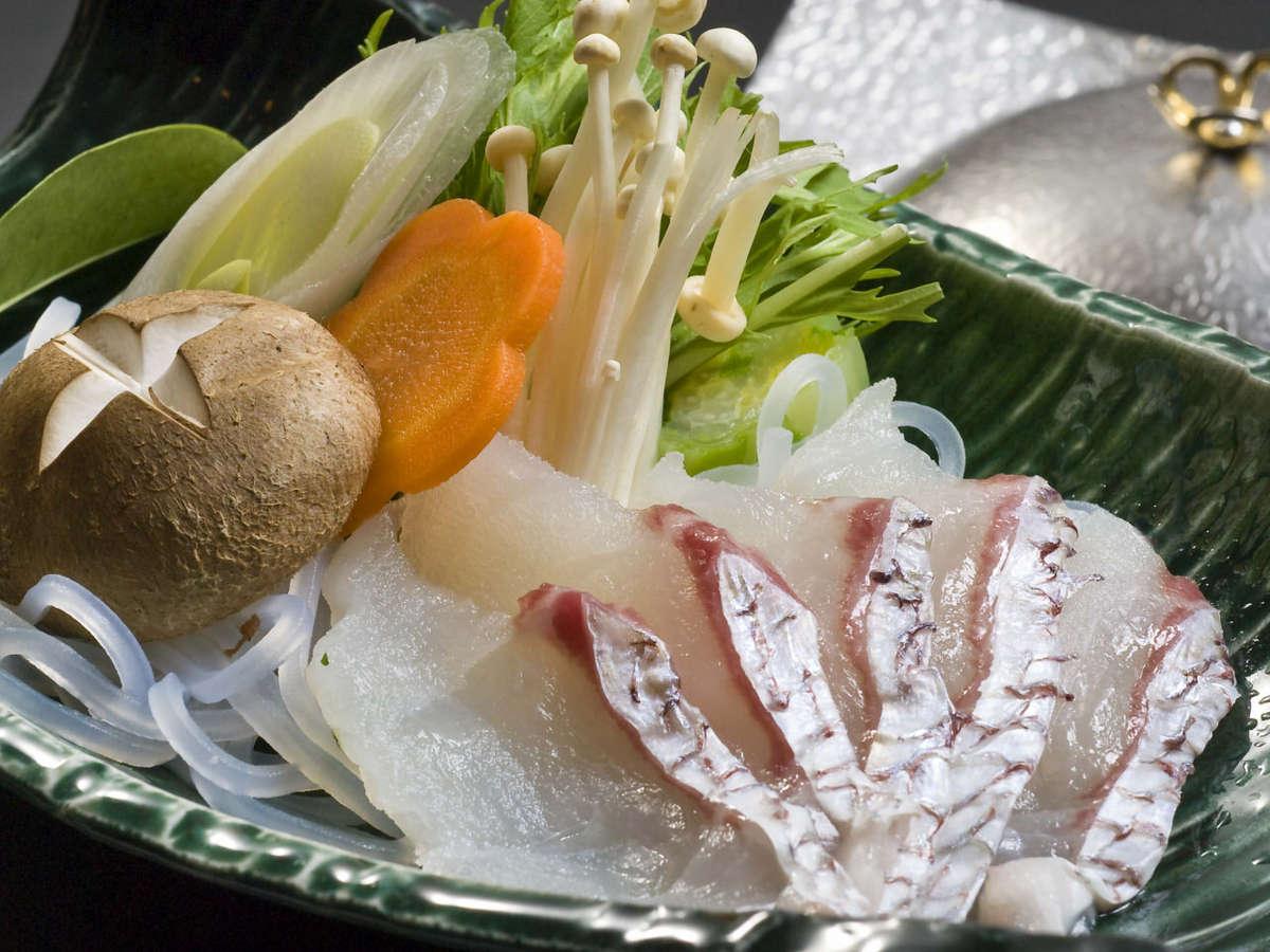 愛媛産鯛を使用した鯛しゃぶしゃぶ。あっさりとした出汁にくぐらせてお召し上がりください。