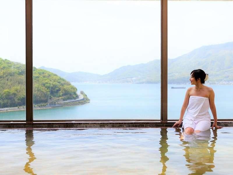 最上階の天然温泉大浴場からの眺めはまさに絶景!(日が落ちるまでのご入浴がおすすめです)