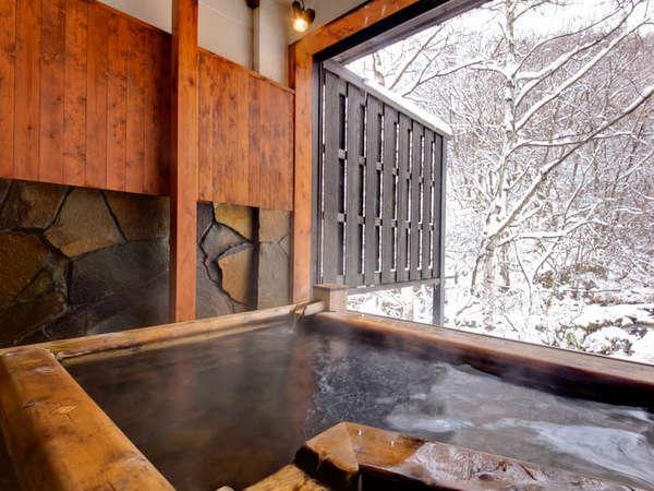 冬の雪見露天風呂で風情を味わう/貸切露天風呂(有料)