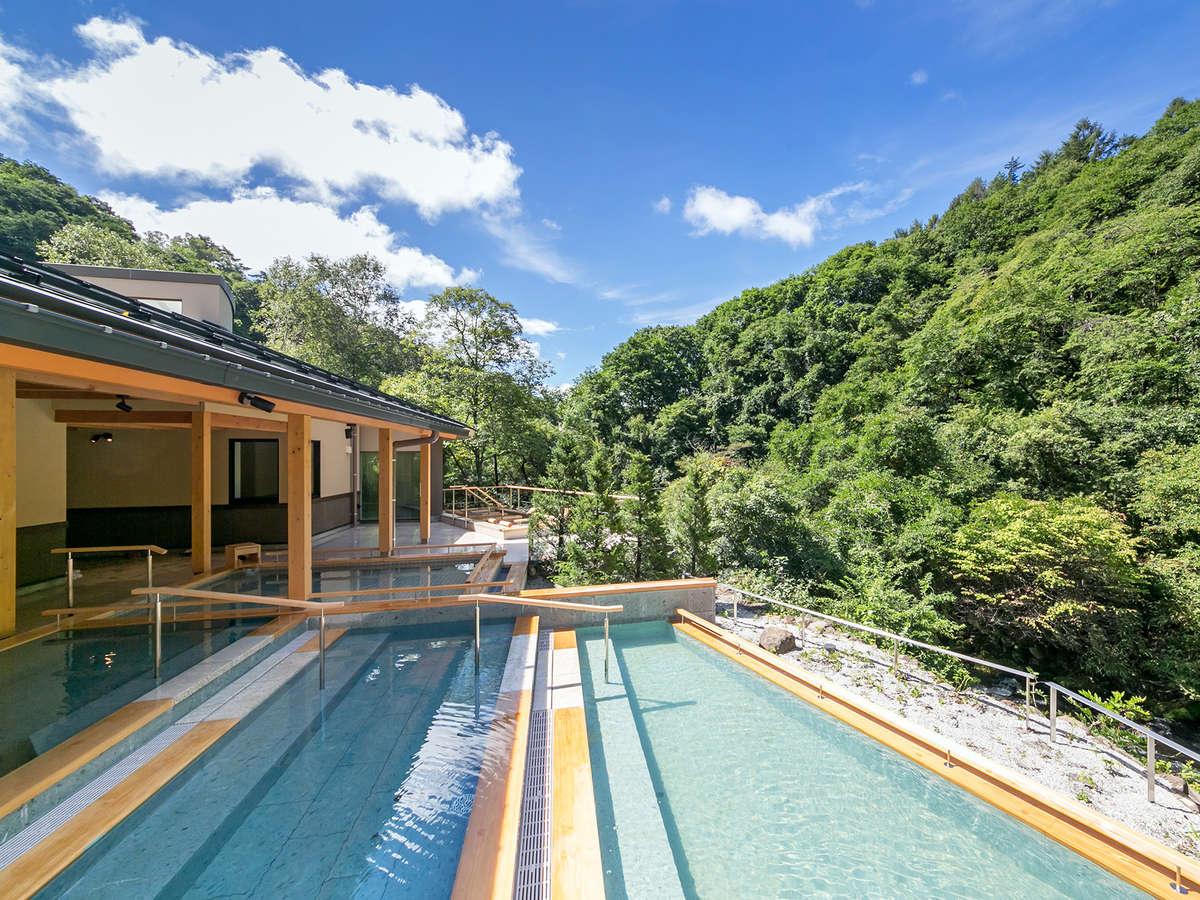 青空のもと、開放感あふれる「渓流露天風呂」