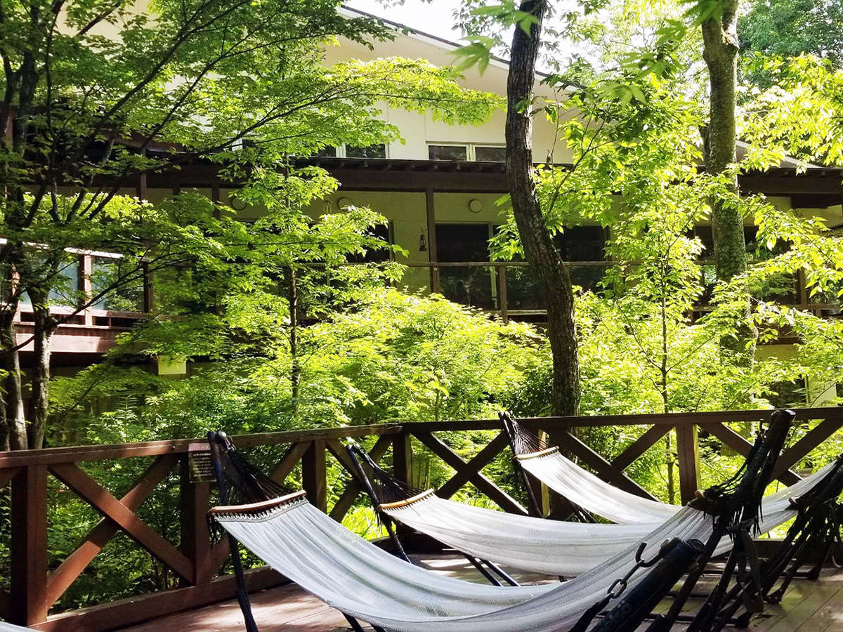 森林浴を楽しめるハンモック。お風呂上りに気持ちの良い風でお涼みください。