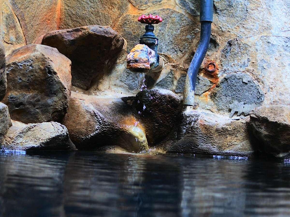 天然温泉掛け流し貸切露天風呂。岩風呂と暖色の照明が織りなす雰囲気をお楽しみ下さい。