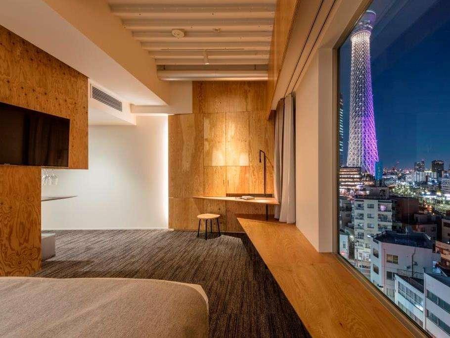 ロフト(バスタブ無し)東京スカイツリーを望む大開口とシースルーのシャワーブースが特徴的な客室です。