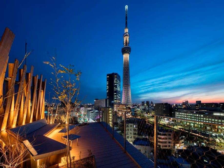 ライトアップされた夜の東京スカイツリーを間近でお楽しみください。