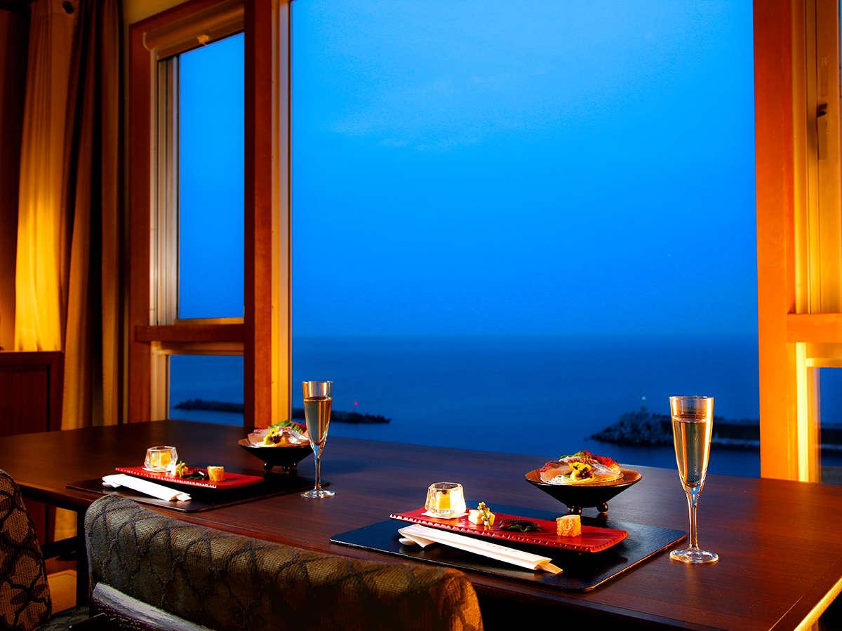 リニューアルした里楽グランデルームでは海を眺めながらダイニングテーブルでゆったりとディナーを愉しめる